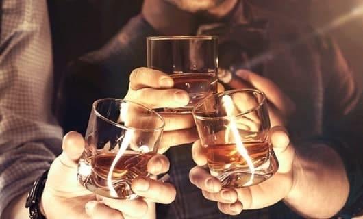 brindare con il whisky