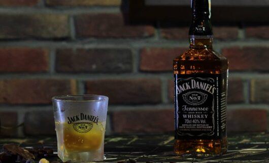 Bottiglia di Jack Daniels con bicchiere