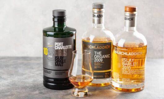 Tre bottiglie di una delle marchi di whisky emergenti: bruichladdich